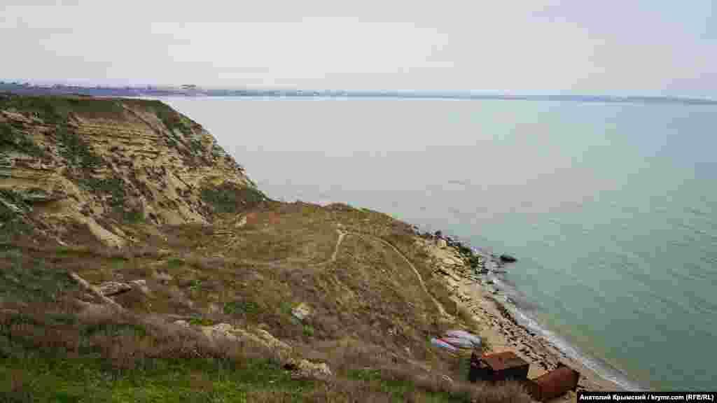 Южная точка мыса Китень у села Семеновка (прежнее, крымскотатарское название – Китень). Вдали на горизонте – Арабатская стрелка