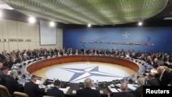 Miniștrii apărării NATO examinează posibilitatea instituirii unei zone de interdicție de zbor în Libia