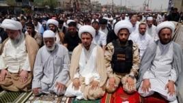 Мұсылман шииттер жұма намазында отыр. Садр-сити, Бағдад, 20 маусым 2014 жыл.