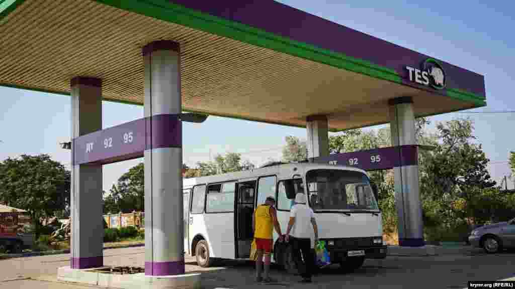 Непрацююча автозаправка пристосована під зупинку для автобусів місцевого пансіонату «Лебедь»