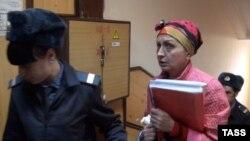 Предпринимательница Наталья Гулевич в сопровождении сотрудников полиции