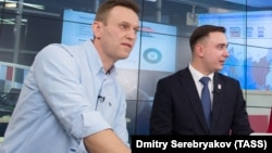 Российский оппозиционный политик Алексей Навальный (слева) и его юрист Иван Жданов.