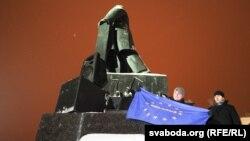 Сьцяг Эўразьвязу з надпісам «Belarus» у час акцыі пратэсту на плошчы Незалежнасьці, 19 сьнежня 2010 году