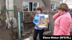 Жительницы села Чкалово Карагандинской области несут урну для голосования. Иллюстративное фото.