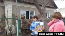 Члены избирательной комиссии с урной для голосования идут к избирателям. Село Чкалово Карагандинской области. 26 апреля 2015 года.