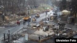 Разбор баррикад на улице Грушевского в Киеве. 16 февраля 2014 года.