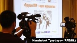 Оператор снимает заседание медиафорума в Алматы. Иллюстративное фото.