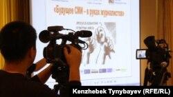 Видеооператор во время работы на форуме региональных СМИ.