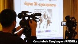 Медиа-форум барысын түсіріп тұрған телеоператор. Алматы, 20 қыркүйек 2010 жыл. (Көрнекі сурет)