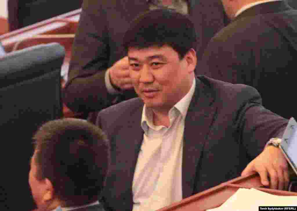 Депутат Жогорку Кенеша Бакыт Торобаев с коллегами во время перерыва.