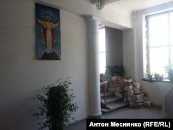 Строительные материалы на ступенях храма