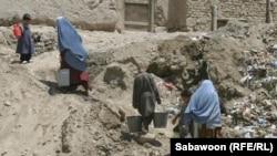 شماری از باشندگان کابل که در کوهها زندگی میکند به آب آشامیدنی صحی دسترسی ندارند.