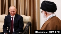 Iranski vrhovni vođa ajatolah Ali Hamnei na sastanku s ruskim predsednikom Vladimirom Putinom u Teheranu u novembru 2017.
