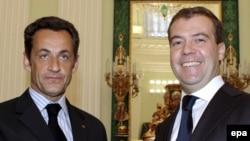Франция президенті Николя Саркози мен Ресей президенті Дмитрий Медведевтің Ресей-Грузия қақтығысы бойынша келісімге қол қойған сәті. Мәскеу, 2008 жылдың тамызы.