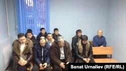 Водители, подавшие иск к полиции, во время оглашения решения суда. Уральск, 11 февраля 2015 года.
