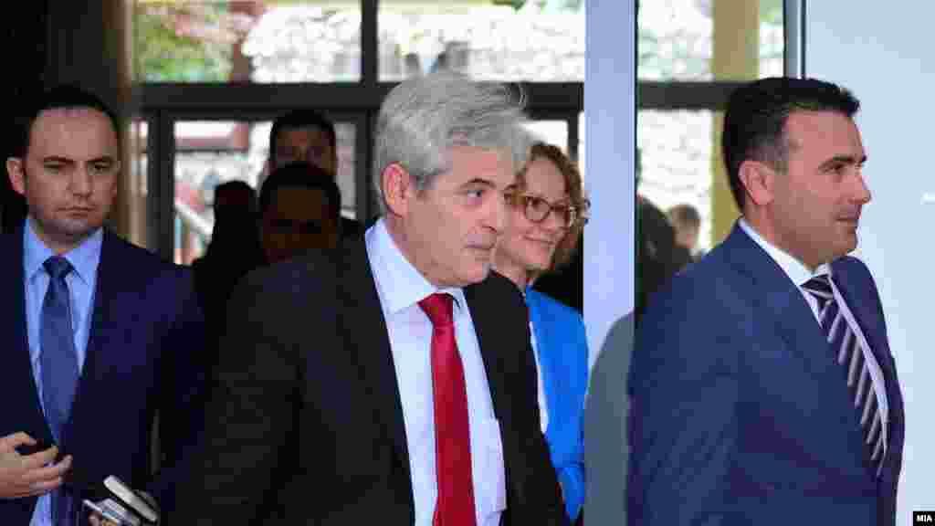 МАКЕДОНИЈА - Претседателите на СДСМ и на ДУИ Зоран Заев и Али Ахмети, кои се и владини партнери, на средбата во Клубот на пратениците го почнаа процесот на барање на заеднички консензуален кандидат за претседател на државата. По средбата премиерот Зоран Заев рече дека сега ќе се отвори дебата внатре во партиите за да видат какво е мислењето таму.