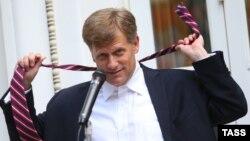 Посол США в Москве Майкл Макфол на приеме в посольстве 4 июля 2013