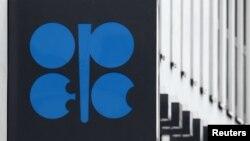 Логотип Організації країн-експортерів нафти (ОПЕК) на стіні штаб-квартири у Відні