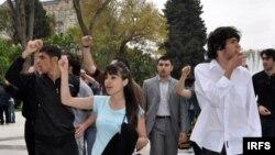 Polis «Gül bayramı»nın ləğvini istəyən 50-dən çox gənci həbs etdi. Bakı, 10 may 2009