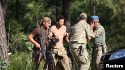 Турецкие военнослужащие задерживают коллегу, подозреваемого в причастности к неудавшемуся перевороту. Мармарис, 25 июля 2016 года.
