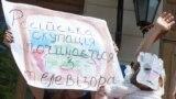 Активісти під час акції «Артистів-рашистів – за поребрик» в рамках кампанії «Бойкот російського кіно». Учасники акції пародіювали і висміювали російських артистів і телезірок, які підтримали окупацію Криму або відзначилися іншими антиукраїнськими заявами. Київ, 8 липня 2015 року
