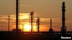 Инфраструктура нефтедобывающего предприятия на месторождении в Кызылординской области. 22 января 2016 года.