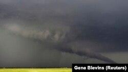 Смерч приближается к земле в городе Сауф-Хевен в штате Канзас, 19 мая 2013 года.