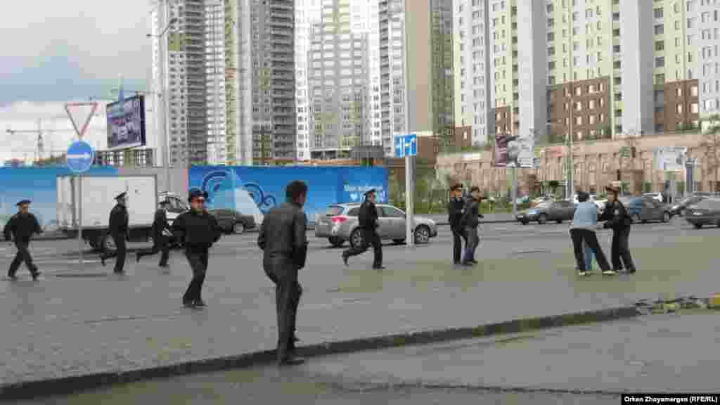 Полицейские начали разгонять активистов движения «ипотечников». Астана, 22 мая 2013 года.