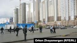 Протест ипотечников в Астане недалеко от строящихся жилых зданий. 22 мая 2013 года.