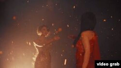 кадр из клипа «Куникмадим» («Не привыкла»)