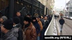 Узбекские мигранты у посольства своей страны в Москве.