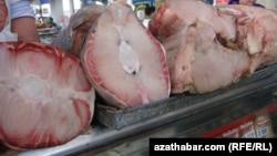 Продажа осетрины на рынках Туркменистана