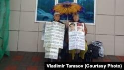 Валентина и Владимир Тарасовы проводят возле здания прокуратуры Восточно-Казахстанской области акцию протеста против действий прокуратуры, которая не возобновляет расследование гибели их сына Григория Тарасова. Усть-Каменогорск, 14 июня 2018 года.