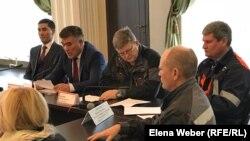 Заместитель руководителя департамента комитета промышленной безопасности Кенгирбай Есенеев (второй слева) оглашает результаты расследования спецкомиссией ЧП на металлургическом комбинате. Темиртау, 10 января 2019 года.