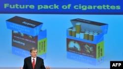 Єврокомісар з питань охорони здоров'я Тоніо Борг демонструє, як в майбутньому будуть виглядати пачки цигарок, Брюссель, 19 грудня 2012 року