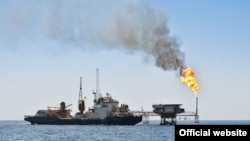 An Iranian oil tanker docks with and oil facility owned by the Iranian National Oil Company in the Persian Gulf. (file photo)