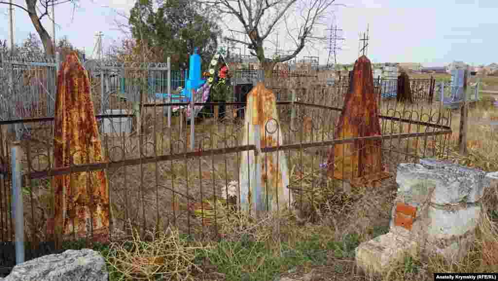 На міському кладовищі іржею покрилися металеві пам'ятники