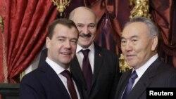 Ռուսաստան – Նախագահ Դմիտրի Մեդվեդեւը (ձախից) Ղազախստանի եւ Բելառուսի իր գործընկերներ Նուրսուլթան Նազարբաեւի (աջից) եւ Ալեկսանդր Լուկաշենկայի հետ Եվրասիական տնտեսական խորհրդի ղեկավարների հանդիպման ժամանակ, Մոսկվա, 19-ը դեկտեմբերի, 2011թ․