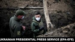 Владимир Зеленский (справа) посещает позиции Вооруженных сил Украины на линии разграничения в Донбассе