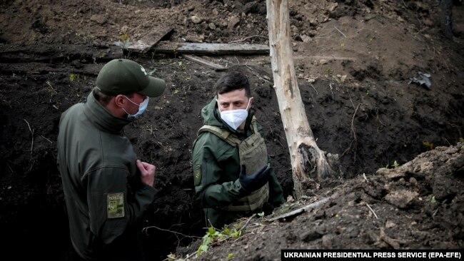 Володимир Зеленський (праворуч) відвідує позиції Збройних сил України на лінії розмежування на Донбасі