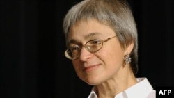 U.S. -- Journalist Anna Politkovskaya of Moscow's Novaya Gazeta newspaper speaks in New York on October 16, 2002.
