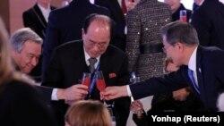 Президент Южной Кореи Мун Чжэ Ин (справа), генсек ООН Антониу Гутерриш (слева) и председатель президиума Северной Кореи Ким Ён Нам во время тоста на приёме 9 февраля 2018 года.