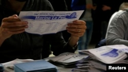 Франциядық сайлау комиссиясының мүшесі дауыс беру бюллетенін ұстап отыр. 6 желтоқсан 2015 жыл.
