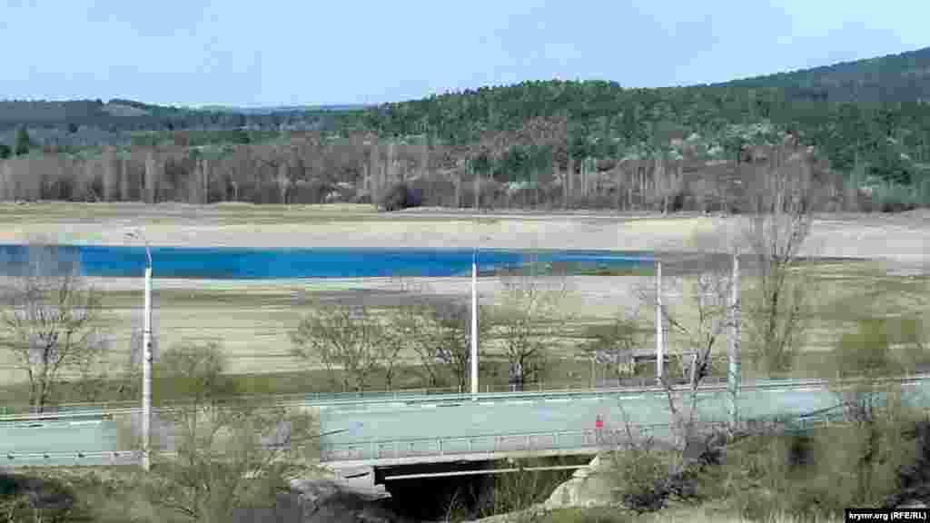 Вид на Симферопольское водохранилище со стороны автодороги «Симферополь – Ялта». Песочные берега когда-то были дном водохранилища