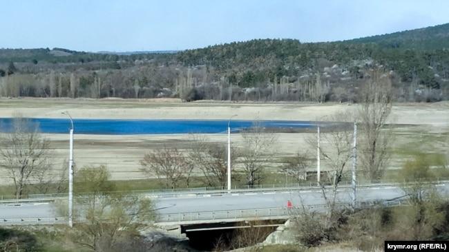 Пересохшее дно и запустение: водохранилище в Симферополе стремительно мелеет (фотогалерея)