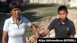 Шарипа Тактыбаева (слева), жительница села Караагаш с сыном (справа). Алматинская область, июль 2012 года.