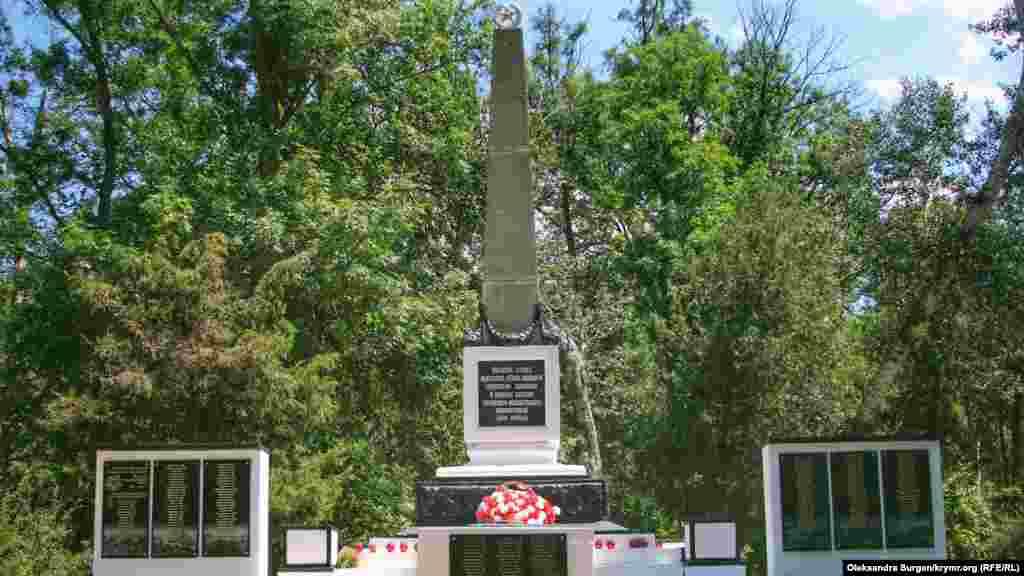 Обшук пройшов через те, що нібито Приходько розмалював свастикою цей пам'ятник радянським солдатам. Олег заперечує це. Тоді він сказав: «Мені ж робити більше нічого, як у 60 років ночами лазити та пам'ятники розмальовувати»