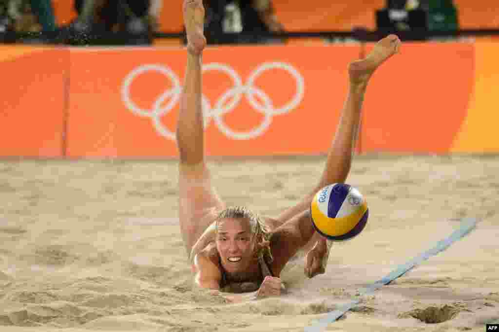 Россиянка Евгения Уколова во время четвертьфинала по пляжному волейболу между Россией и Бразилией, 14 августа 2016 года