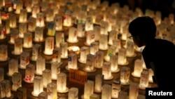 Свечи памяти в Парке мира в Нагасаки. Япония, 8 августа 2015 года.