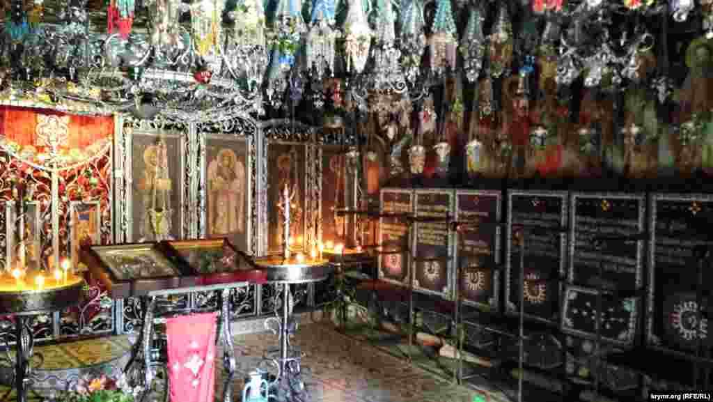 В храме 64 сделанных монахами лампады и ни одна не повторяется